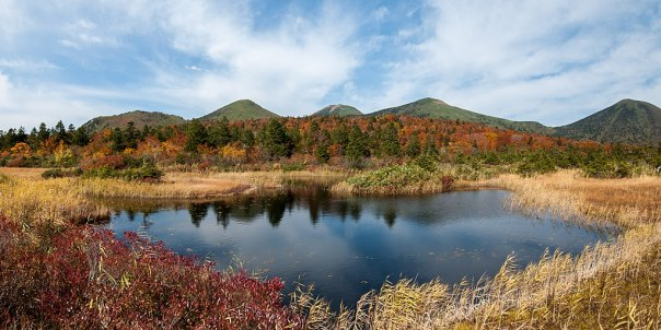 1024px-Suiren_Pond_and_Hakkoda_Volcano_2012-10-22_(8126645866)