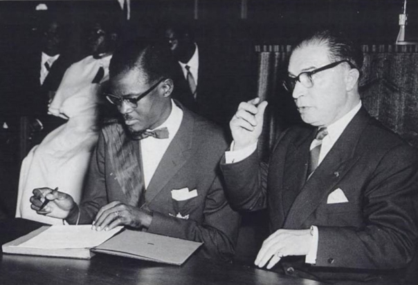 Patrice_Lumumba_signs_the_document_granting_independence_to_the_Congo_next_to_Belgian_Prime_Minister_Gaston_Eyskens
