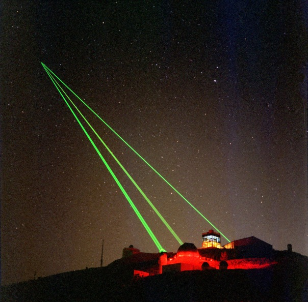 Starfire_Optical_Range_-_three_lasers_into_space