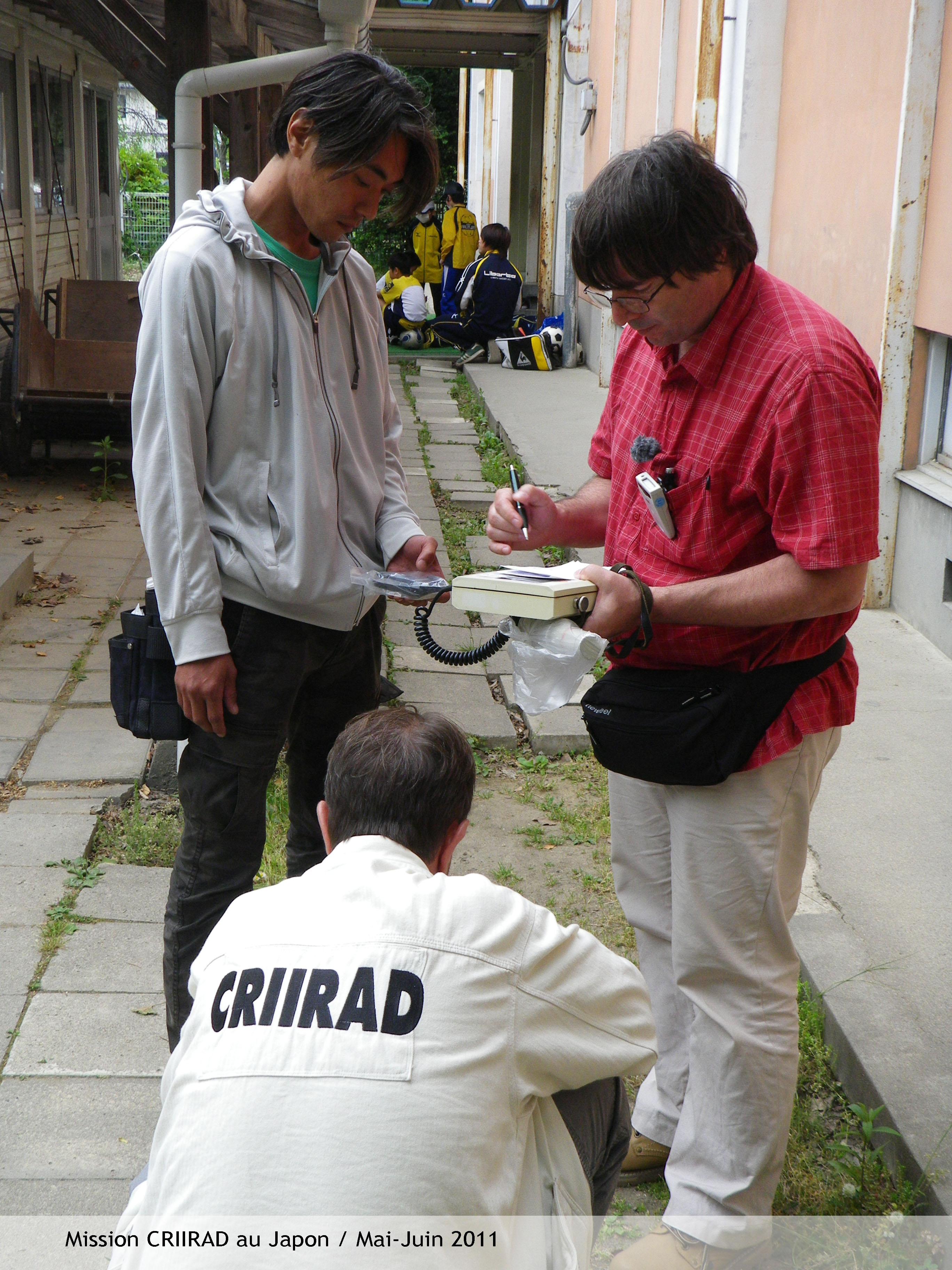 Mission CRIIRAD en préfecture de Fukushima, mai-juin 2011 - Mesures du niveau de radiation dans un école de la Ville de Fukushima CRIIRAD - Bruno CHAREYRON, Christian COURBON ONG locale - Wataru IWATA